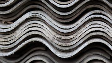 Coperture in cemento-amianto: come valutare il rischio di diffusione di fibre