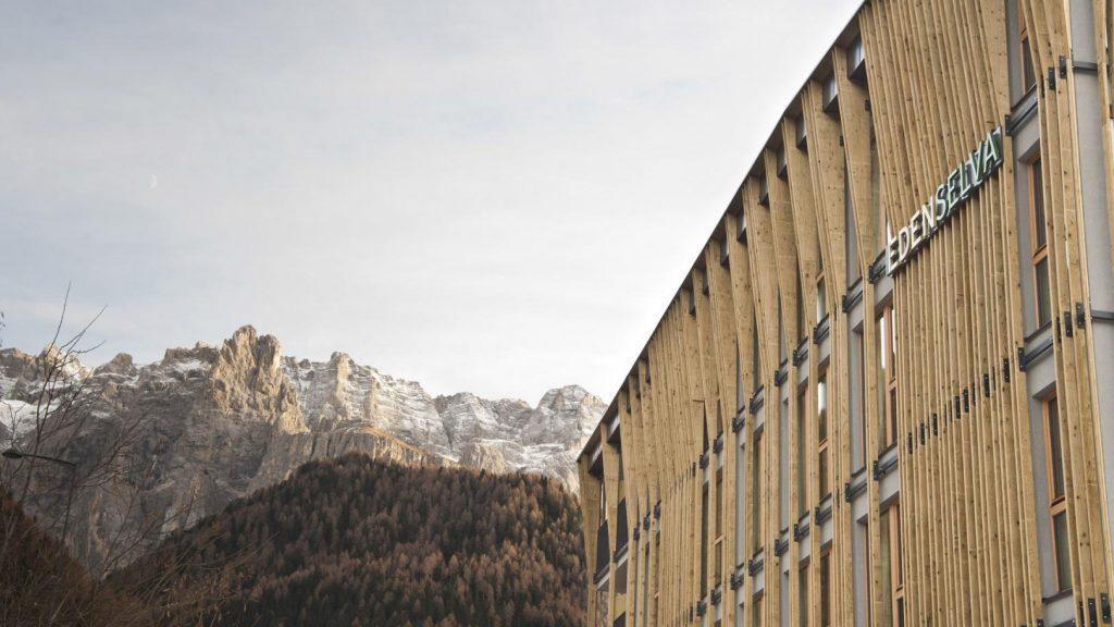 L'Hotel Eden Selva nel paesaggio alpino della Val Gardena © Sarah Gasparotto