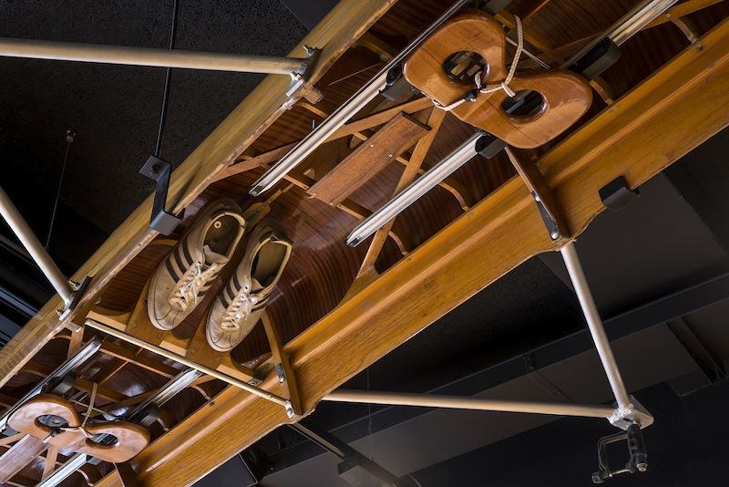 Vecchie canoe appese al soffitto sotto forma di installazione artistica richiamano la storia e l'identità del luogo © Dario Tettamanzi
