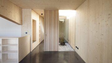 L'ampliamento in legno di un piccolo attico nelle Dolomiti