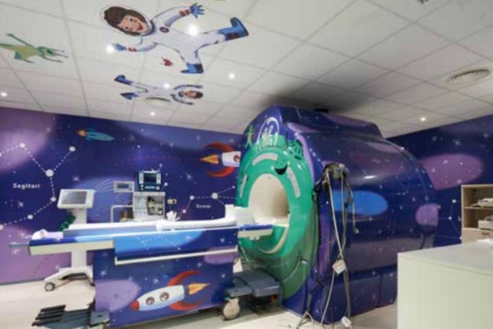 Una stanza del reparto di Diagnostic Imagin dell'Hospital Sant Joan de Deu, barcellona, Spagna.  I giovani pazienti vivono un'esperienza da viaggio nello spazio con le macchine diagnostiche e gli spogliatoi decorati utilizzando le tecnologie di stampa HP Latex