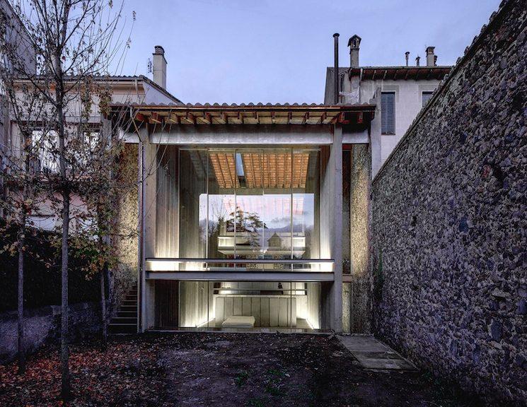Il fronte verso il cortile privato, completamente vetrato, svela l'interno della casa nella sua concatenazione di spazi e percorsi liberi © Hisao Suzuki - courtesy of the Pritzker Architecture Prize