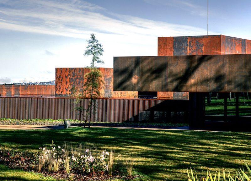 L'ingresso al museo, segnato da una tettoia a sbalzo, mostra la composizione geometrica e materica dell'edificio © Hisao Suzuki - courtesy of the Pritzker Architecture Prize
