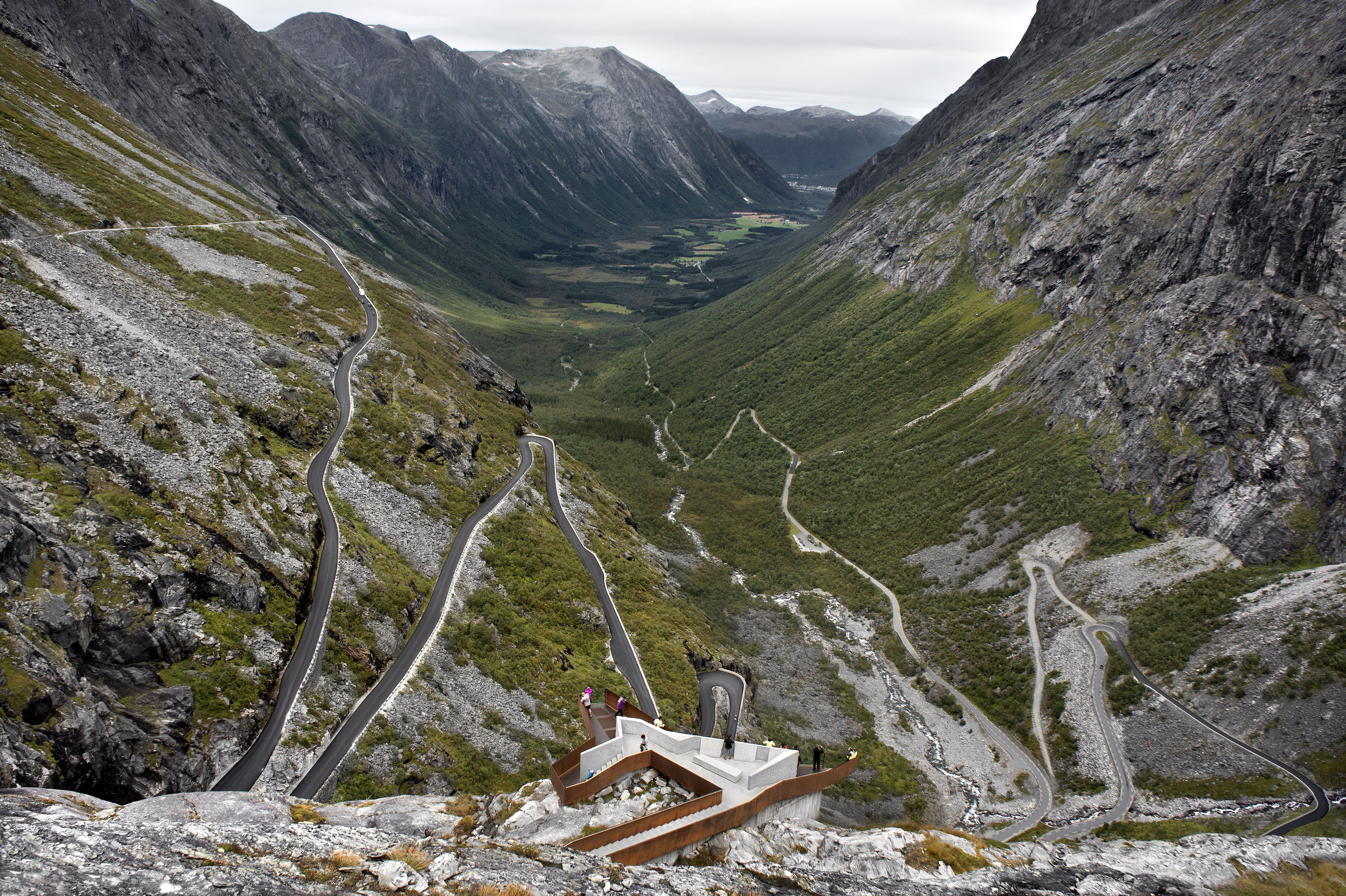 Il panorama della Trollstigen National Tourist Route tra le rocce e i fiordi norvegesi © Diephotodesigner.de