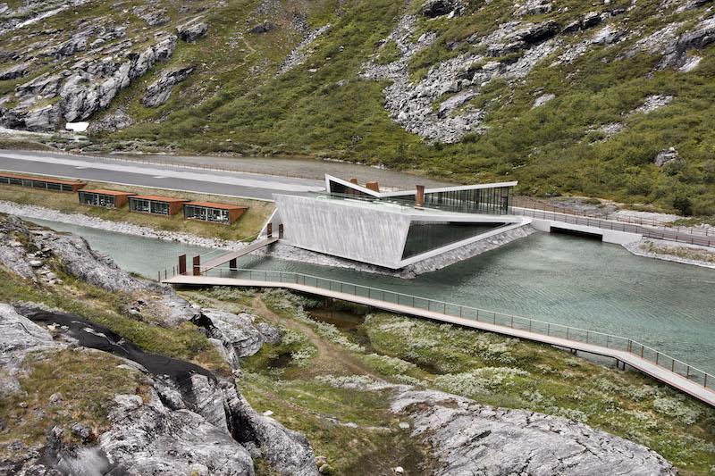 Il progetto architettonico e paesaggistico include un centro di accoglienza per i visitatori, quattro padiglioni e una rete di percorsi e piattaforme sospese © Diephotodesigner.de