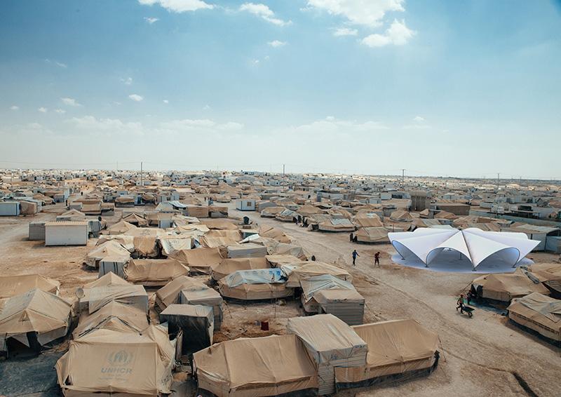 """Bonaventura Visconti di Modrone e Leo Bettini Oberkalmsteiner, la """"Maidan tent"""" nel campo profughi di Zaatari (Giordania), 2016. © Foto-inserimento di Simon Kirchner"""