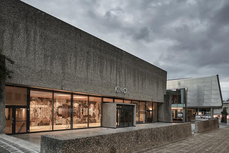 Il nuovo ingresso al cinema, con la superficie vetrata che lascia intravedere l'opera d'arte di Odd Tandberg sullo sfondo, rafforza la connessione tra la città e il foyer, l'arte e il cinema © Mark Syke