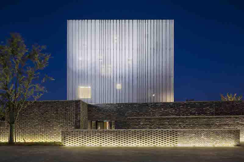 Durante la notte, la Suzhou Chapel emana un elegante bagliore che filtra dalle finestre attraverso il rivestimento metallico traforato © Pedro Pegenaute