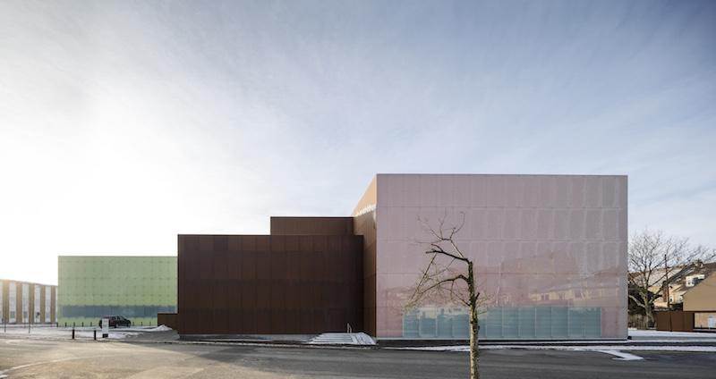 Il Vendsyssel Theatre appare come una composizione pura e geometrica di volumi cubici © Adam Mørk