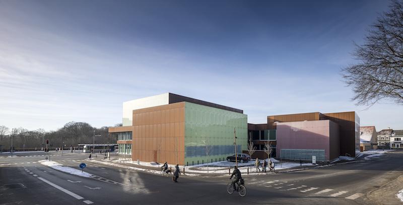 Il complesso teatrale progettato da SHL è un'architettura dinamica e materica che si fonde con il contesto della città di Hjørring, in Danimarca © Adam Mørk