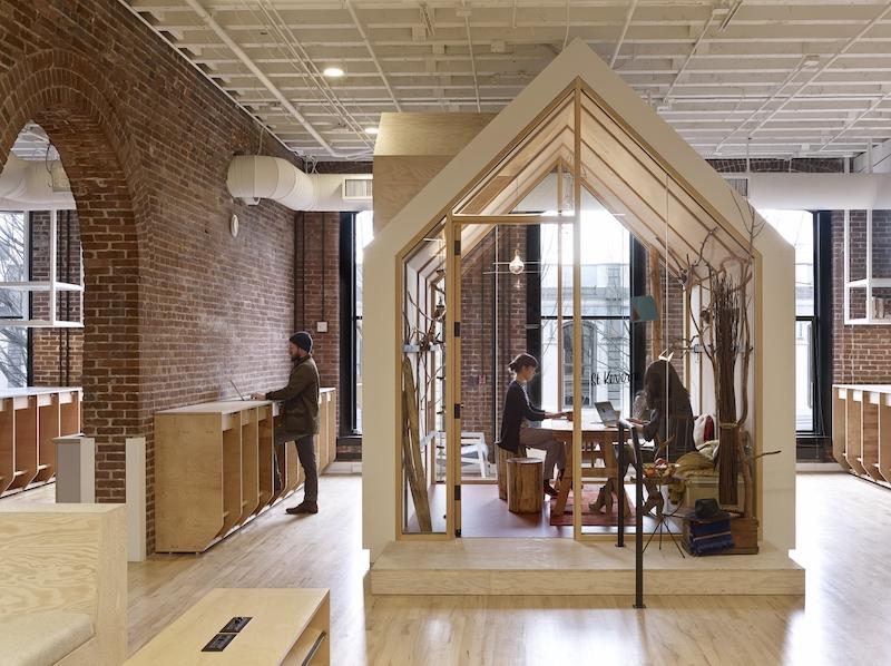 Airbnb Portland, archi in mattone, soffitti a vista e casette in legno © Jeremy Bittermann