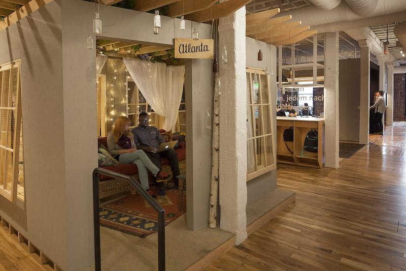 Airbnb Portland,  le postazioni lavoro riproducono gli annunci © Jeremy Bittermann