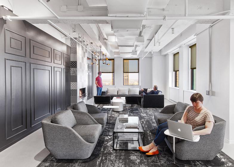 LinkedIn New York, salotti con finiture nere, grigie e bianche © Eric Laignel