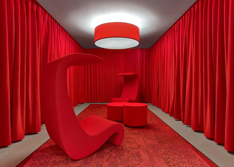 LinkedIn New York, il salotto rosso © Eric Laignel