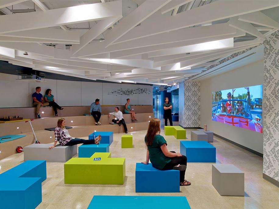LinkedIn Chicago, la sala di proiezione con blocchi colorati