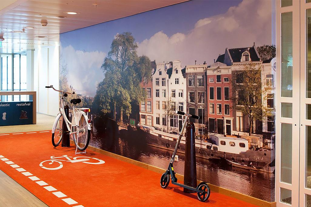 LinkedIn Amsterdam, la pista ciclabile che riveste i corridoi © Lensvelt