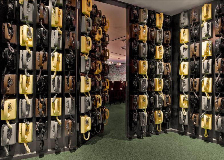 LinkedIn New York, la parete foderata di telefoni d'epoca © Eric Laignel