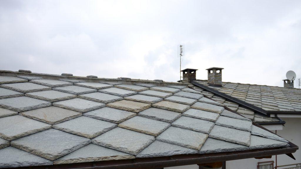 Un tetto realizzato con lose di Pietra di Luserna  delle cave di estrazione Vottero Riccardo Snc