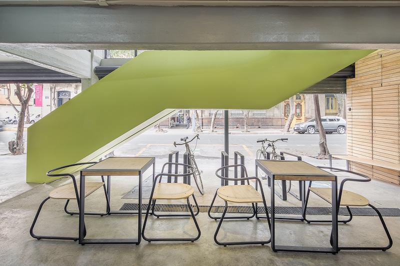 Dettaglio della scala verde che accompagna i visitatori in tutti i livelli del mercato, aperta verso l'esterno e sempre riconoscibile con il suo colore verde © Diana Arnau
