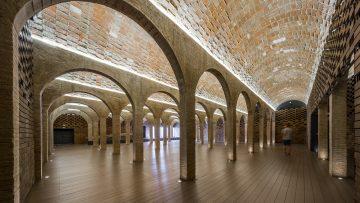 Un antico serbatoio d'acqua restaurato e riconvertito da Archikubik a Barcellona