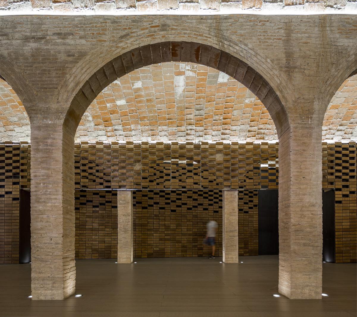 L'antico si fonde con il nuovo attraverso la componente materica: un sistema di piastrelle lignee utilizzato per le pareti evoca la stessa texture delle volte senza prevaricare l'architettura storica © Simon Garcia/arqfoto.com