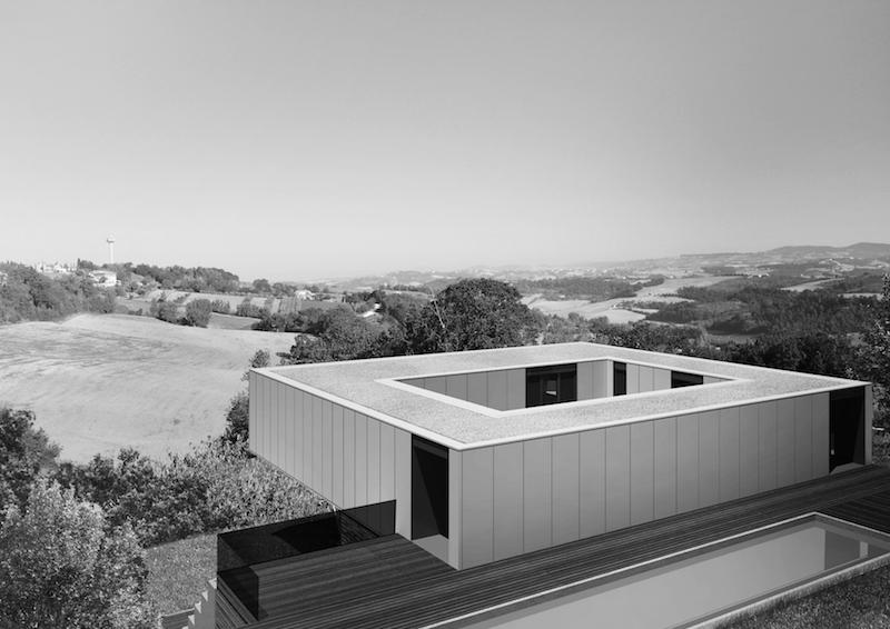 """Villa CH-O presenta un assetto """"a corte sospesa"""" determinato dalla disposizione dei container attorno ad un cortile centrale © LAD - Laboratorio di Architettura e Design"""