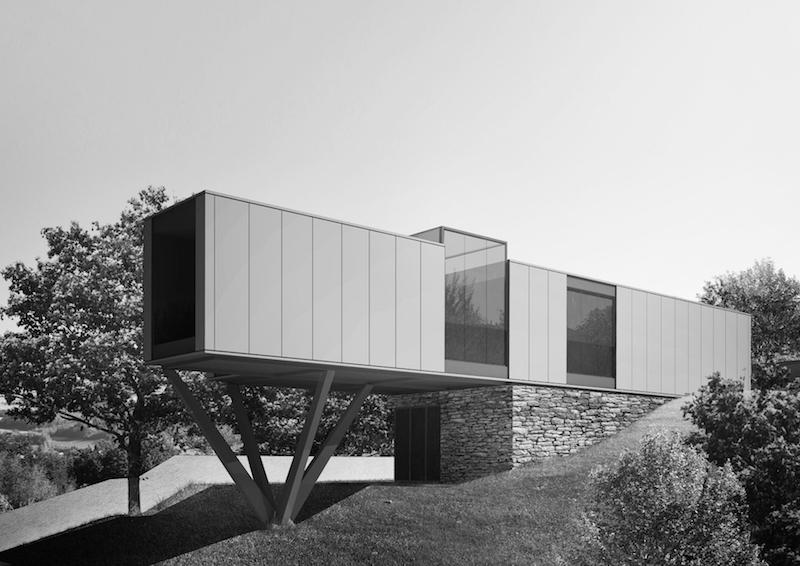 Villa CH-S presenta una configurazione allungata nella quale i container sono sfalsati per ottenere vuoti, logge e vetrate proiettate verso il paesaggio © LAD - Laboratorio di Architettura e Design