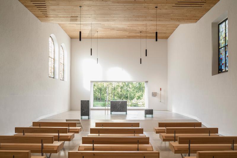 Gli interni della Chiesa sono inondati di luce naturale e mostrano una purezza materica attraverso l'utilizzo del legno e della pietra © Davide Perbellini