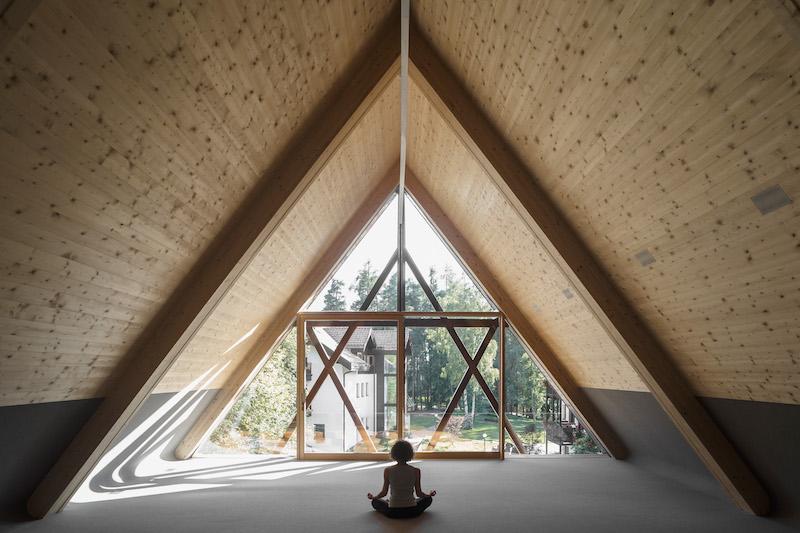 Lo spazio del sottotetto, trasformato in un luogo riflessivo e meditativo aperto verso la contemplazione della natura © Davide Perbellini