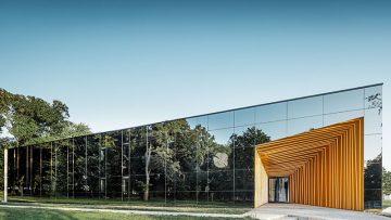 Architettura del vino: rivestimenti in alluminio dorato per le facciate color del vino di Château Rúbaň