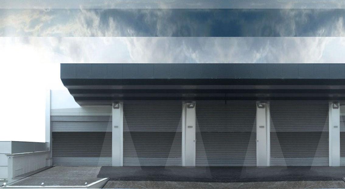 Con l'idea di volere portare un frammento del litorale romano nel cuore della città, lo showroom presenta un'iconica copertura a sbalzo che simula il movimento e il colore del mare © Studio 0SA