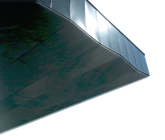 Dettaglio della copertura esterna, caratterizzata dal movimento dei pannelli di rivestimento in colore blu antracite © Studio 0SA