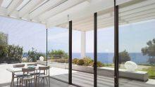 Sistemi per finestre: l'alluminio gioca con i contrasti di materiali di una villa siracusana