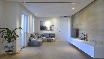 Rovere e armonie irregolari per un appartamento in Puglia