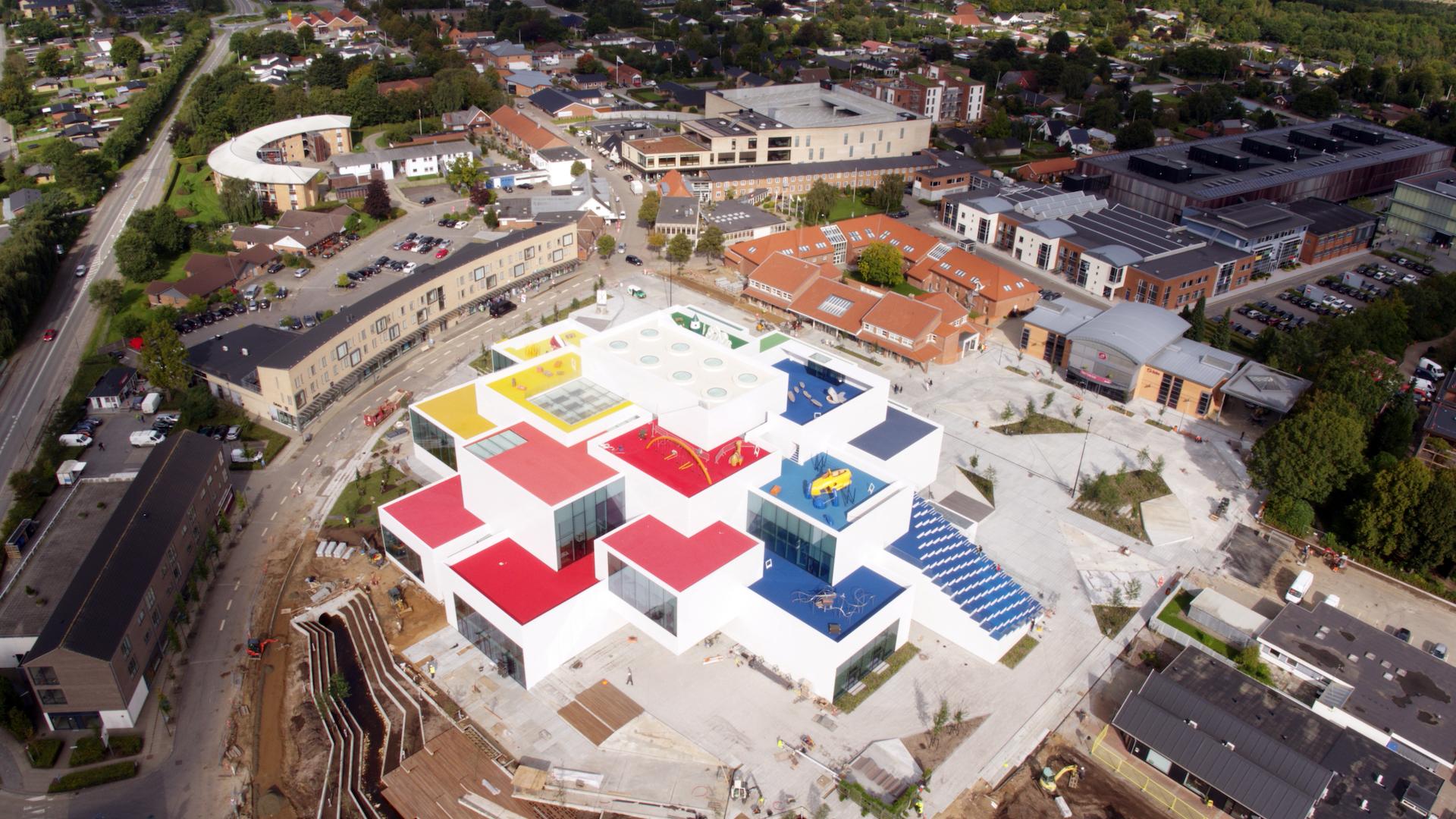 La Lego House nel tessuto urbano di Billund, in Danimarca © LEGO