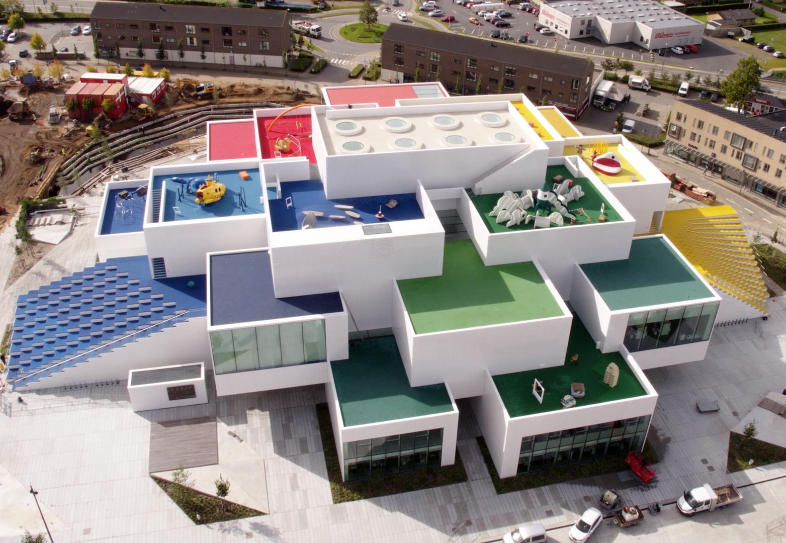Ufficialmente aperta al pubblico, la Lego House è un tributo architettonico al celebre mattoncino in plastica colorata © LEGO
