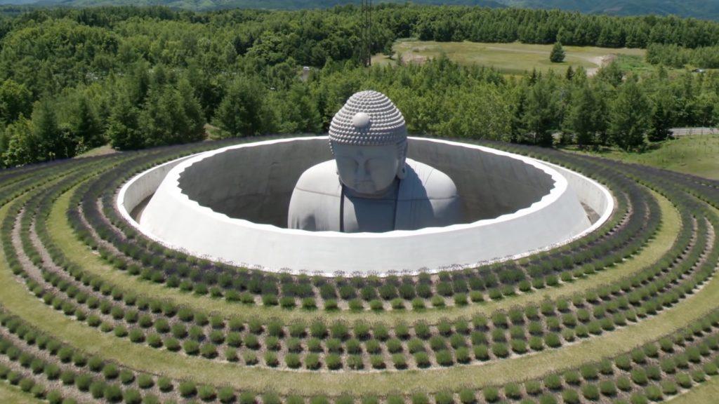 La collina del Buddha nel cimitero di Makomanai Takino, a Sapporo in Giappone © Hokkaido fan magazine