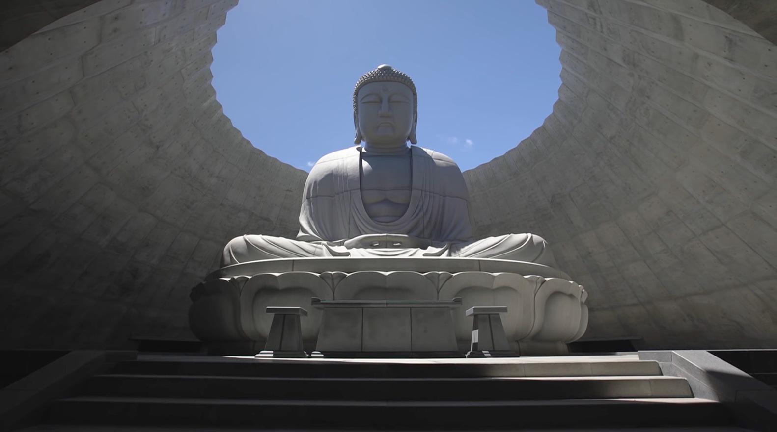 L'immensa statua del Buddha siede al centro di una sala circolare a forma di cono aperta verso la luce e verso il cielo © Hokkaido fan magazine