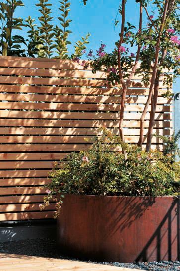 Recinzione in doghe di legno inserita nell'impianto vegetale (Foto Daniela Veronesi)
