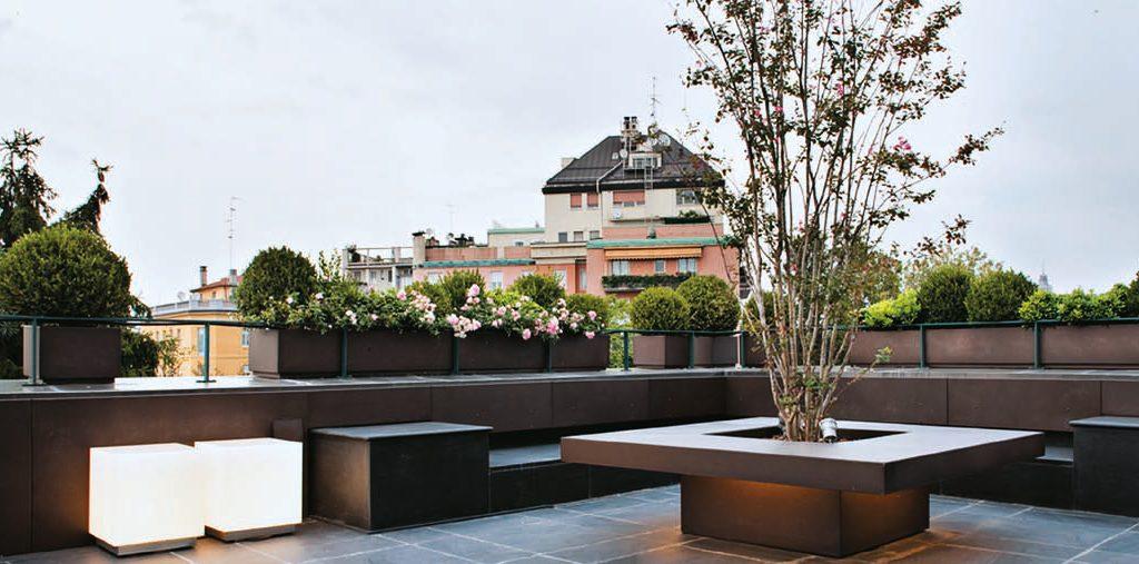 Arredare una terrazza con un tavolo fioriera che accoglie un albero ...