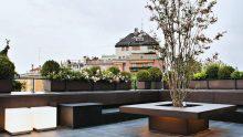 Arredare una terrazza con un tavolo fioriera che accoglie un albero