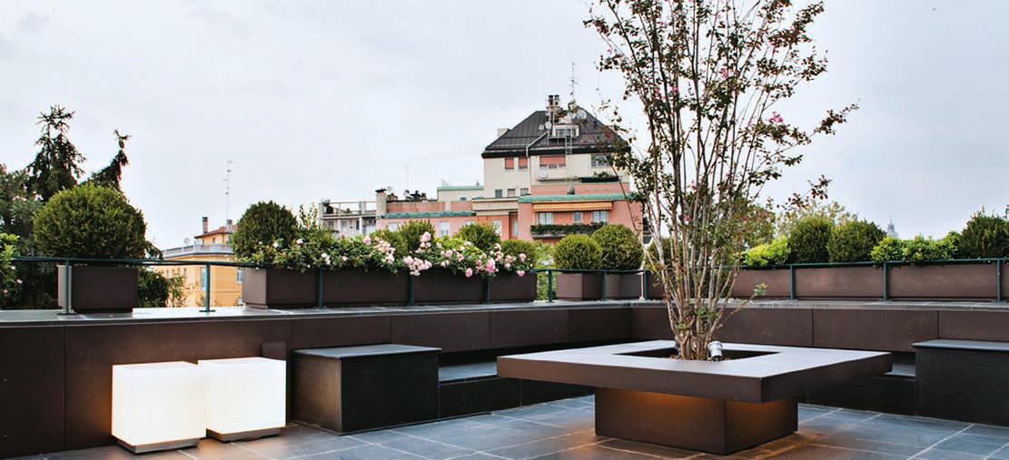 Arredare una terrazza con un tavolo fioriera che accoglie for Terrazza design