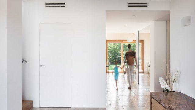 Un open space con un'unica porta a battente a Bibano