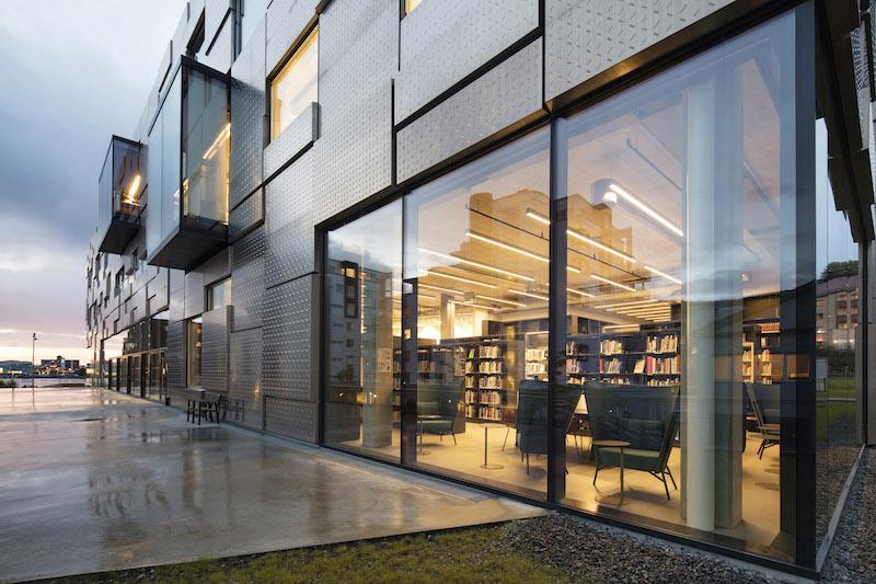 Vista del fronte aperto alla città per la presenza della biblioteca e della caffetteria © Trond Isaksen, Statsbygg
