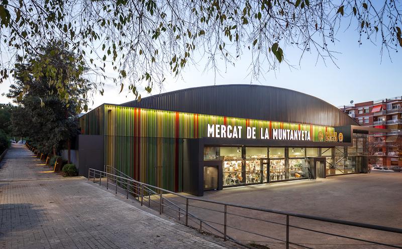 Come si presenta oggi il mercato, tra facciate colorate e superfici vetrate © Simón García/arqfoto