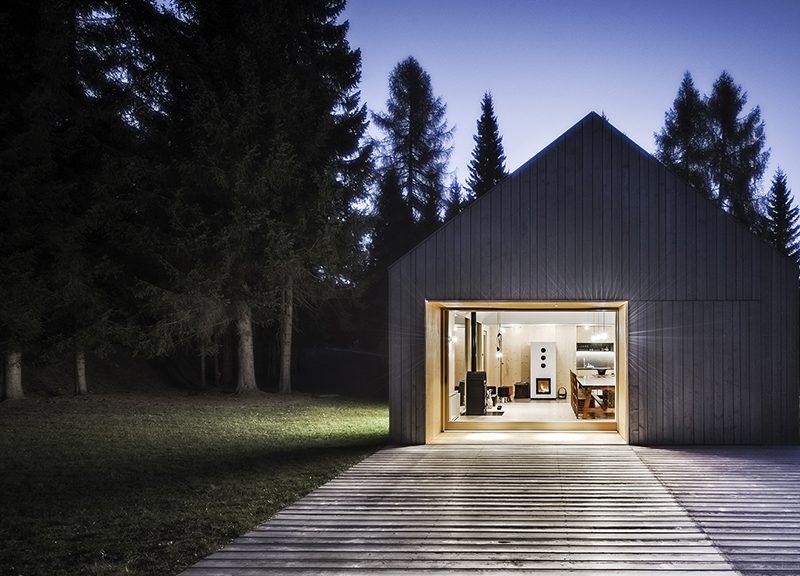 Progettazione Casa In Legno : Una casa in legno sorge da un bar anni architetto
