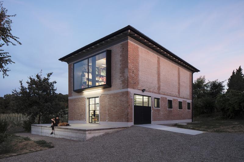 L'architettura del fienile dopo il recupero a firma Ciclostile Architettura © Fabio Mantovani