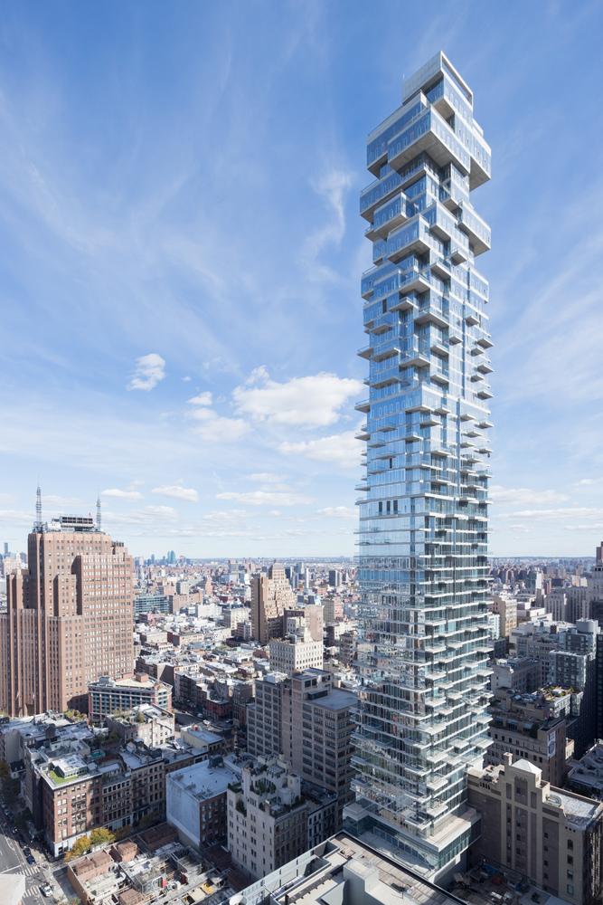 La torre presenta una composizione di volume vetrati e balconi a sbalzo, sempre più sfalsati via via che si raggiunge la cima © Iwan Baan/Herzog & de Meuron