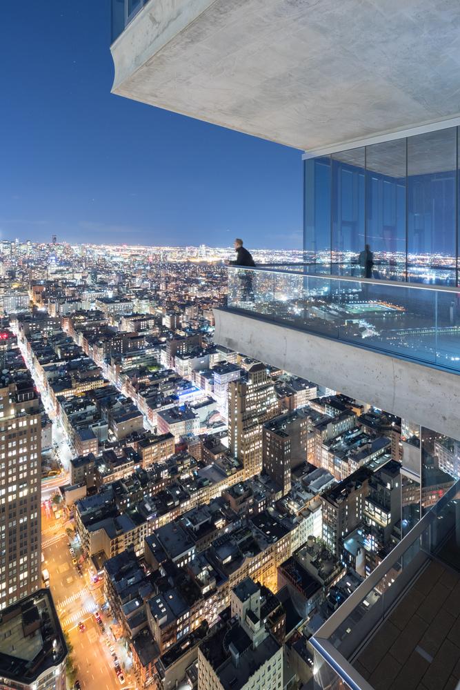 I lussuosi attici sospesi sulla città godono di viste spettacolari di New York © Iwan Baan/Herzog & de Meuron
