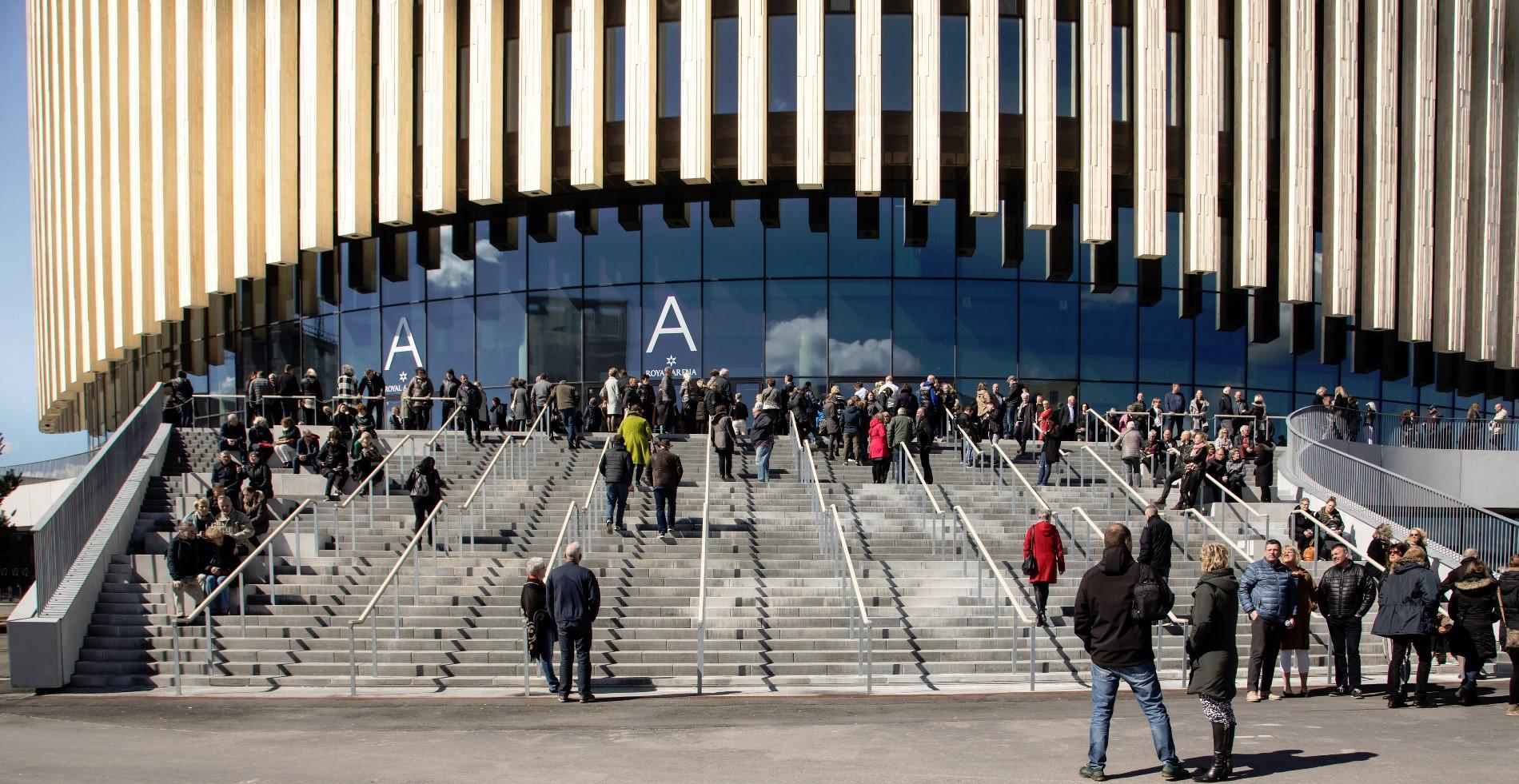 La Royal Arena è progettata per aprirsi alla città e interagire con le piazze e i percorsi del quartiere circostante offrendo forme e strutture in grado di catalizzare attività e incontri sociali © Rasmus Daniel Taun
